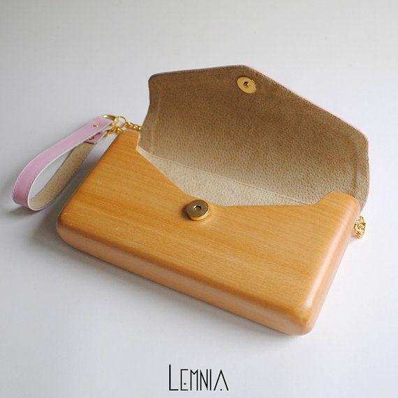 HANDGEMAAKTE HOUTEN EN LEDEREN HANDTAS - DOLCE VITA COLLECTIE Deze Lemnia tas wordt tentoongesteld in het Museum van de handtassen in Amsterdam, zoals u in de tweede foto zien kunt. Deze unieke en stijlvolle Lemnia-tas is vervaardigd uit één stuk hout (beukenhout) en roze leer. De tas is vanaf de eerste schets, handgemaakt in onze werkplaats. Hout en leder zijn natuurlijke materialen, dus er zal nooit twee identieke zakken. Jou zal zijn uniek en gemaakt speciaal voor jou! De tas is licht ...
