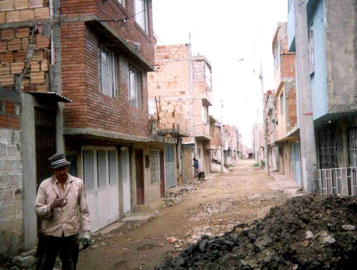 Un proceso de investigación pone en tela de juicio los estándares de calidad utilizados desde la década pasada para la construcción de vivienda subsidiada en sectores de bajos ingresos de Bogotá. El estudio demuestra que el déficit en vivienda digna no sólo toca a sectores de construcción de origen clandestino sino también a la de carácter normal.