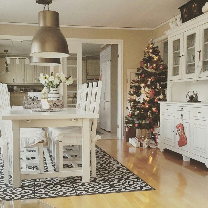 The diningroom at christmas time.