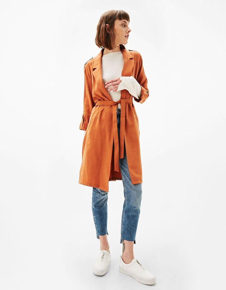 Trench long en tissu léger avec ceinture - Manteaux et blousons - Bershka France