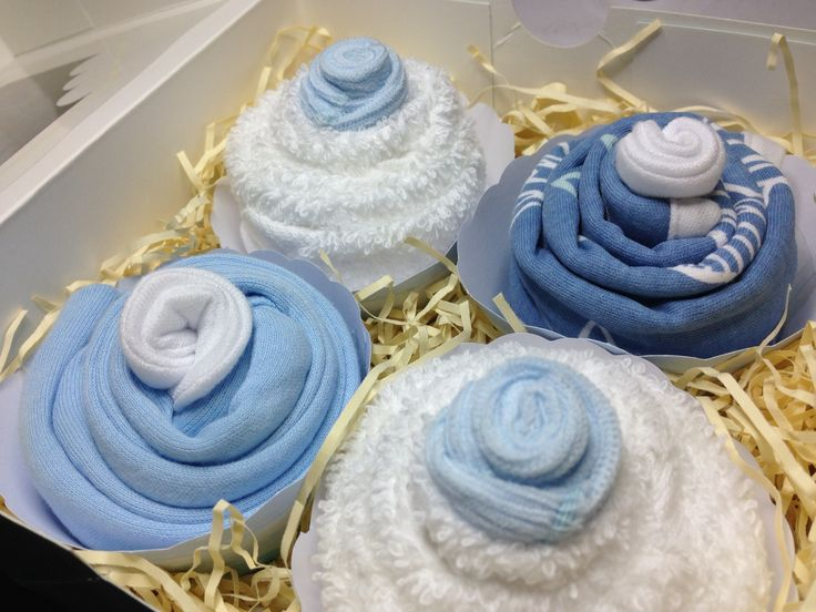 A beautiful collection of baby boy clothes rolled into cupcakes. This is a medium gift set for £23.50. A lovely baby gift to take to baby showers - UK only