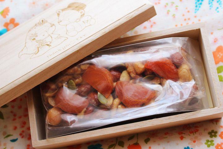 6 パティシエ本澤 聡 a tale of cake6「作品例:森の結婚式」引菓子&プチギフトもテーマをつなげて http://www.anniversary-web.co.jp/