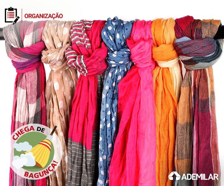 Pendurados, dobrados, enrolados… Há muitas maneiras de guardar lenços e cachecóis. O importante é organizá-los com cuidado para conservá-los e garantir que estejam sempre à mão.