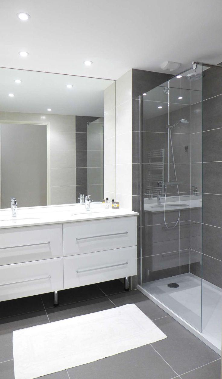 Une salle de douche grise et blanche, il manque le petit plus: résultat tristounet
