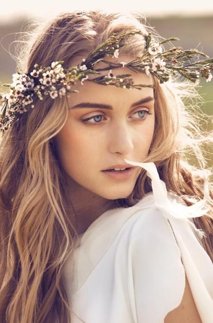 Zachte bruids make-up en losse, lange golven in het haar.