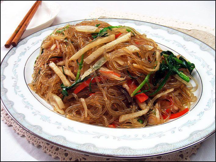 잡채 – Japchae é um prato coreano feito com macarrão de batata doce, este é frito juntamente com vegetais, bife, molho de soja, açúcar, e óleo de gergelim. Esse prato pode ser servido tanto frio como quente.