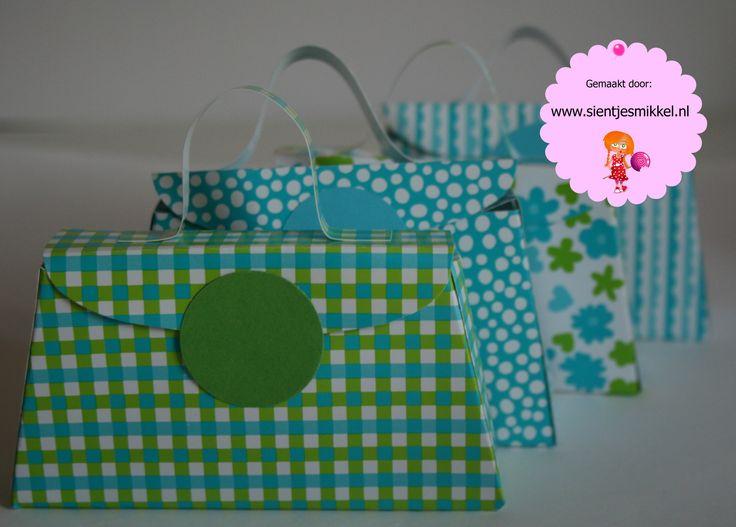 Hou je van groen of blauw? Zijn deze traktatie tasjes wat voor jou! Veel plezier met uitdelen!