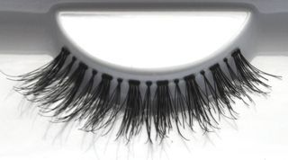 Steal the spotlight with favUlash's EL NIDO human hair false eyelashes... these sexy lashes attract attention and focus it solely on you!