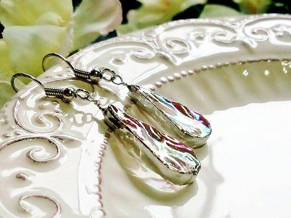 ステンドグラスのピアスで 天使の涙をイメージしましたガラスのパーツから 手作業でガラスの模様、濃淡が同じものは無い為1点モノですアシンメトリーに仕上げましたガ...|ハンドメイド、手作り、手仕事品の通販・販売・購入ならCreema。