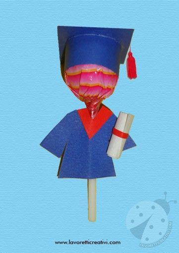 REALIZZARE UN LAUREATO CON IL LECCA LECCA Con i lecca lecca e i cartoncini colorati potete realizzare alcuni bambini con tocco di laurea e toga da regalare