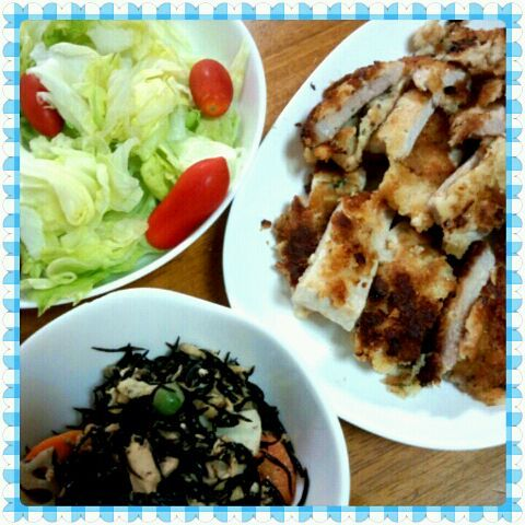 焼きカツ(揚げずに焼きました)、ひじきの煮物(れんこん、にんじん、ツナ、グリンピース)、レタスサラダ。お肉食べるなら野菜もね(^o^) - 15件のもぐもぐ - 晩ご飯~ by maco5