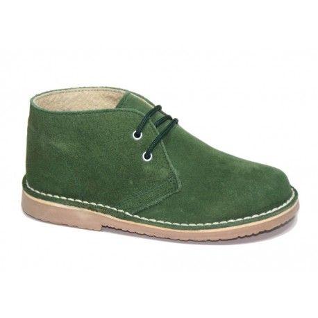 Pisacacas verde botella con cierre de cordones. Un calzado infantil ideal para niños y niñas. Son unas botas para niños perfectas para cualquier ocasión de la temporada de Otoño-Invierno.  Disponibles en http://www.calzadoseuropa.es/pisacacas/pisacacas-safari-cordones-en-serraje-verde-botella-51141.html #kidsshoes, #modainfantil, #calzadoinfantil, #zapatosparaniños, #fashionkids, #safariboots, #kidsboots