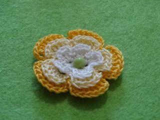 Il fiore in rilievo è bellissimo in tre colori!