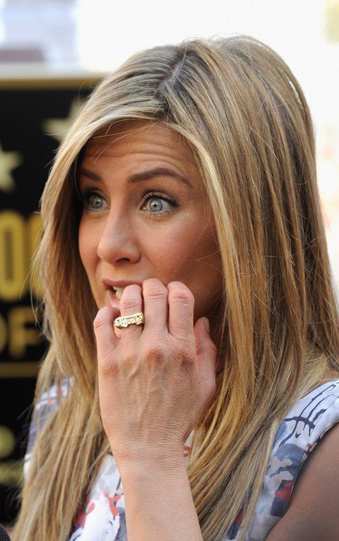 Já viram o anel que Jennifer Aniston e seu bofe estão usando? É com o nome deles, mas ela usa o dela e ele o dele. Nessa parte, achei bem sem graça (sou romanticona rs) mas já estão vendendo até pela internet e monte de gente já está copiando! O anel é mais gordinho e …