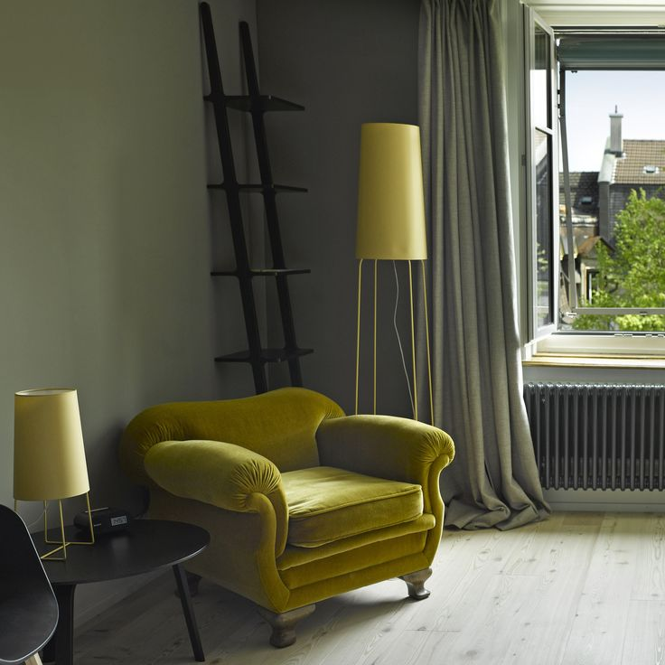 Slimsophie est un lampadaire designé  par Felix Severin Mack pour la maison d'édition Fraumaier. <br> Ce lampadaire avec sa finesse et son originalité s'adaptera parfaitement à votre salon, votre chambre ou votre bureau. Slimsophie est un lampadaire discret mais design qui ne manquera pas d'habiller votre intérieur comme vous le souhaitez. <br>  Le lampadaire est livré avec un dimmer et un interrupteur à pied, à vous de choisir. Le dimmer permet d'utiliser une ampoule halogène de 230V…