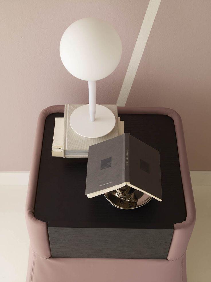 Comodino Leon con cassetto by #Flou. Rivestito in tessuto, pelle o Ecopelle totalmente sfoderabili. Il piano superiore e il frontale del cassetto sono in noce Canaletto tradizionale. #bedroom #HomeDecor #Furniture #interiordesign