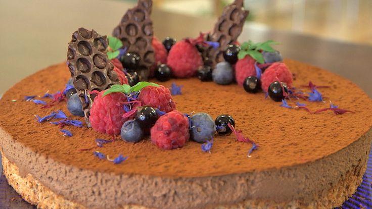 I mai kan vi feire både våren, konfirmasjonsdagar og 17. mai. Då er det på sin plass med ei god kake til dessert eller på kaffibordet. Denne kaka likar alle, nøtter og sjokolade i ein herleg kombinasjon.