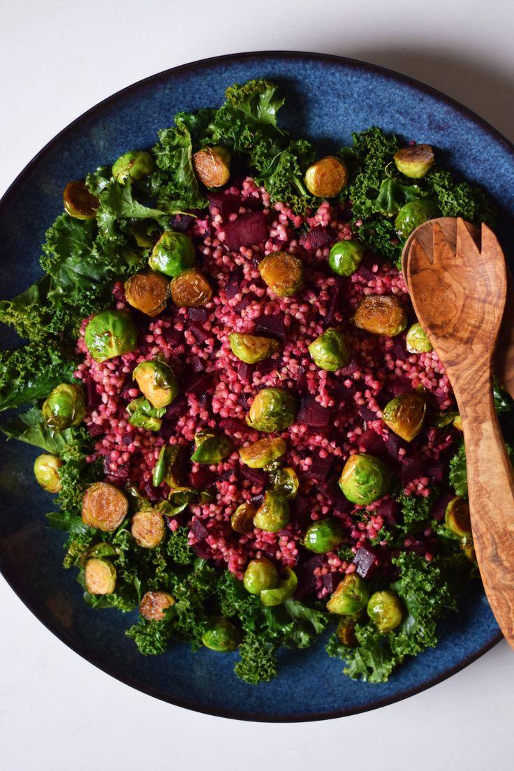 Farverig vintersalat med sæsonens grøntsager: grønkål, rødbede og rosenkål. Salaten er en god tilbehørssalat til f.eks. grøntsagsfrikadeller eller andre retter. Den er oplagt som tilbehør til julem…
