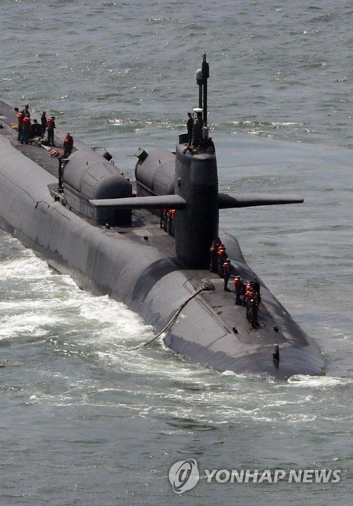 부산 찾은 핵잠수함 오하이오 위용