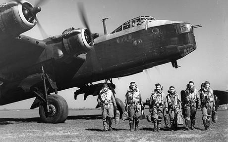 Short Stirling I, on ground with crew.