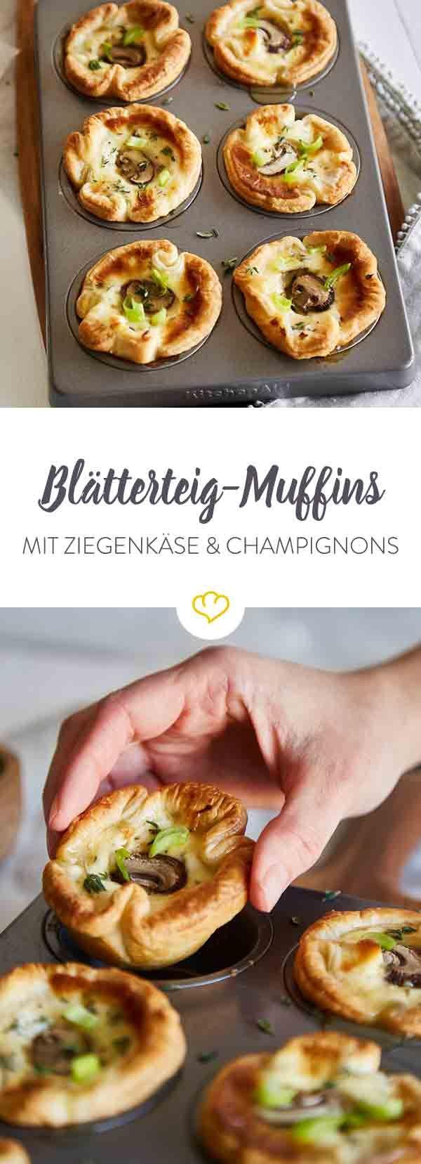 Schneller geht's nicht: Mach aus deinem Blätterteig kleine Muffins und fülle sie mit Ziegenfrischkäse und würzigen Champignons.