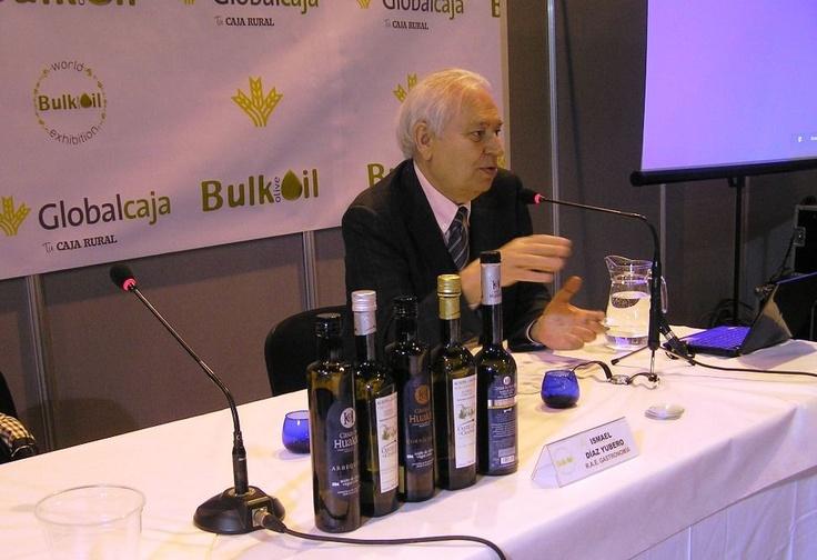 El escritor Ismael Díaz Yubero cató nuestros Arbequina, Cornicabra y Reserva de Familia en la World Bulk Oil Exhibition.