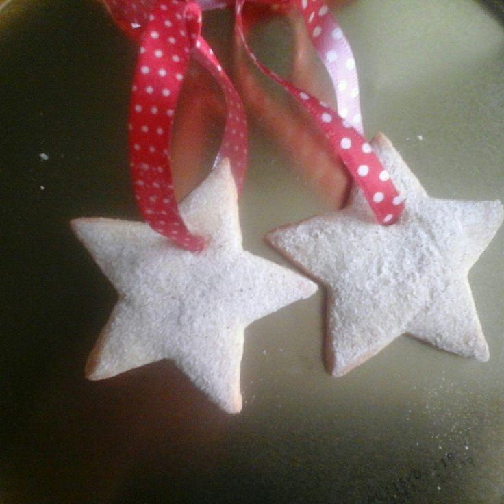Biscoitinho estrelinha para pendurar na árvore de Natal #biscoitos #amanteigado #biscoitosdecorados #biscoitonopalito #christmas #cookies #lembracinha #natal #chadebebe #picnic #festa #aniversario #mesversario