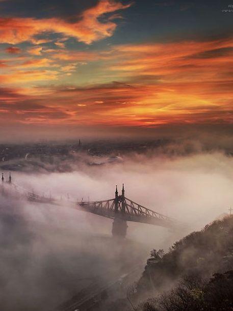 O húngaro Temás Rizsavi arrisca a sua própria vida pelas melhores fotografias. Isso porque durante seis anos ele escala edifícios, torres e monumentos simplesmente para clicá-los do melhor ângulo. Vem ver essas fotos e entenda melhor do que estamos falando!