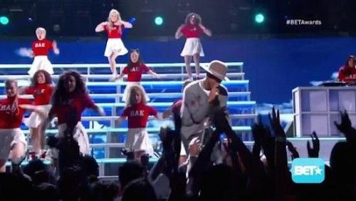 pharrell-missy-elliott-come-get-it-bae-pass-the-dutch-live-at-the-2014-bet-awards