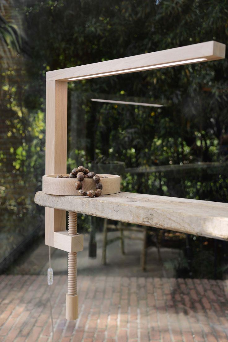 Lampada a led mod. VIT  é realizzata artigianalmente utilizzando solo legno massello di faggio.
