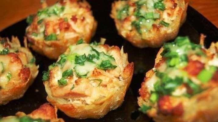 Картофельные тарталетки с куриным филе под чесночно-сырным соусом