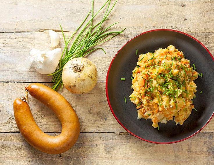 Pastinaak- wortelstamppot met kip rookworst is een heerlijk smakelijk en gezond gerecht op basis van groenten. Weinig vetten, snel gemaakt!