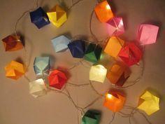 Lampionnen, kaarsen… ik krijg geen genoeg van deze instant sfeermakers. We stonden op deHobby- en handwerkdagen met deze leuke lichtslingers en het was een groot succes. Ik heb er nog een paar over (20 ledlampjes op batterij, inclusief ruim voldoende assorti origami-papier), dus mocht je het leuk vinden, dan kun je mij een mailtje sturen. …