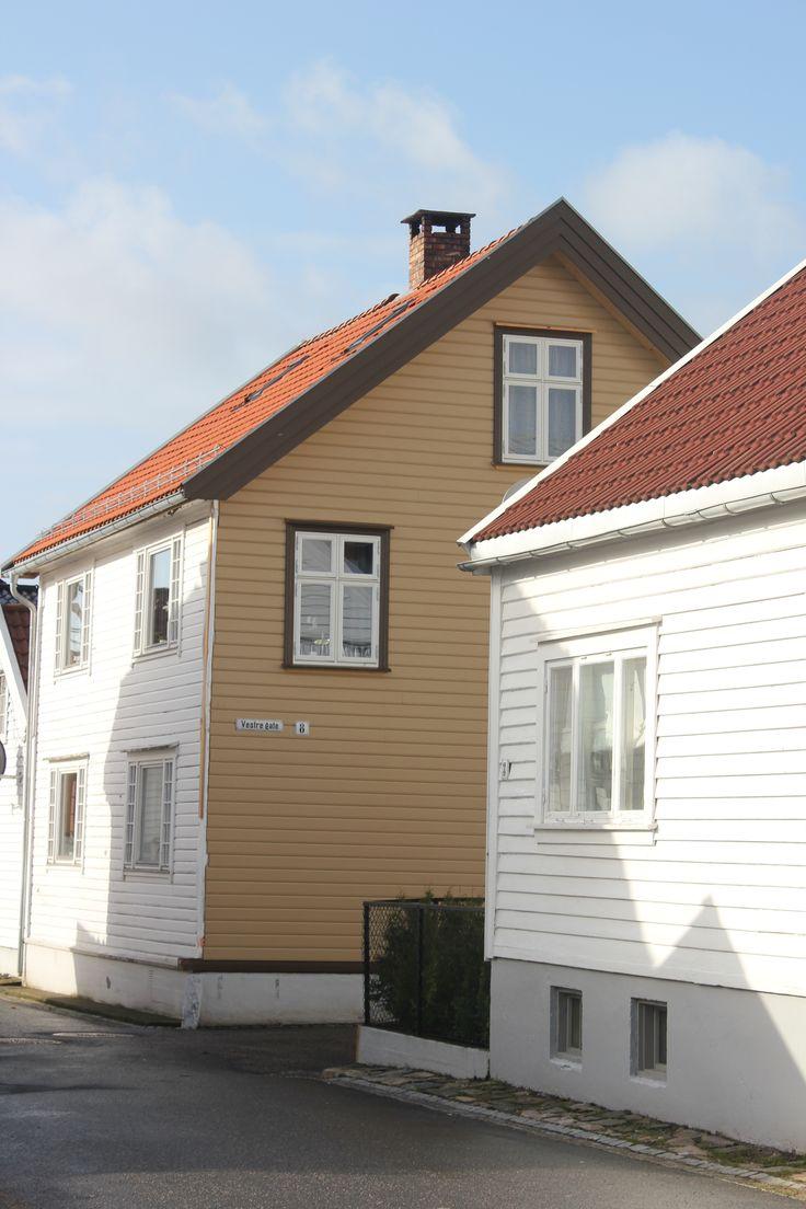 Dette varmer et bygningsvernshjerte!! Huset tilbakeføres til opprinnelige farger med Enetorpets linoljemaling i bruntoner