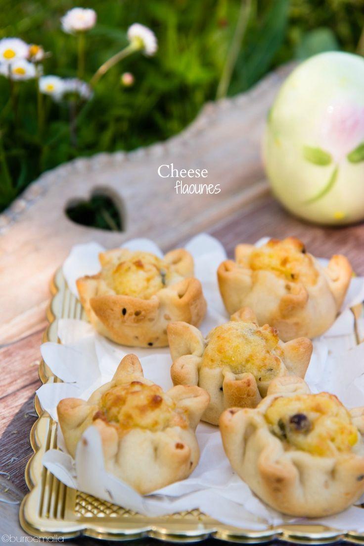Golosi panini ripieni di un impasto di formaggio, uova e uvette. Mettete in tavola questo tradizionale piatto cipriota che si usa mangiare il venerdì santo