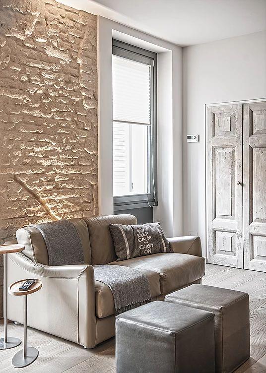 BRANDO concept  | divano pelle due posti mattone a vista interior design colori neutri