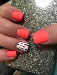 Uñas anaranjadas con blanco, diseño de puntos negros y anaranjados