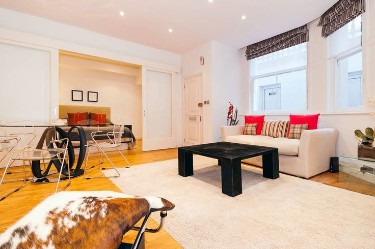 Spacious 1 bedroom flat in South Kensington, next to Harrods, the National History Museum, V&A Museum, the Imperial College and Hyde Park. Unique and stylish decoration very close to many restaurants, shops, pubs and cafes !