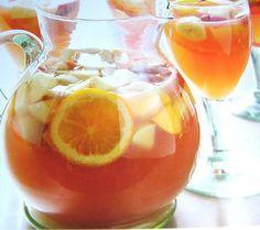 SANGRIA BLANCHE (20 personnes : 5 litres de vin blanc sec, 400 à 600 g de sucre semoule selon votre goût, 4 citrons, 4 oranges, 6 pêches, 4 bâtons de cannelle, 1 c à c de grain de poivre blanc, 3 clous de girofle, 10 cl de liqueur à l'orange type Grand-Marnier, 1 bouteille de limonade)