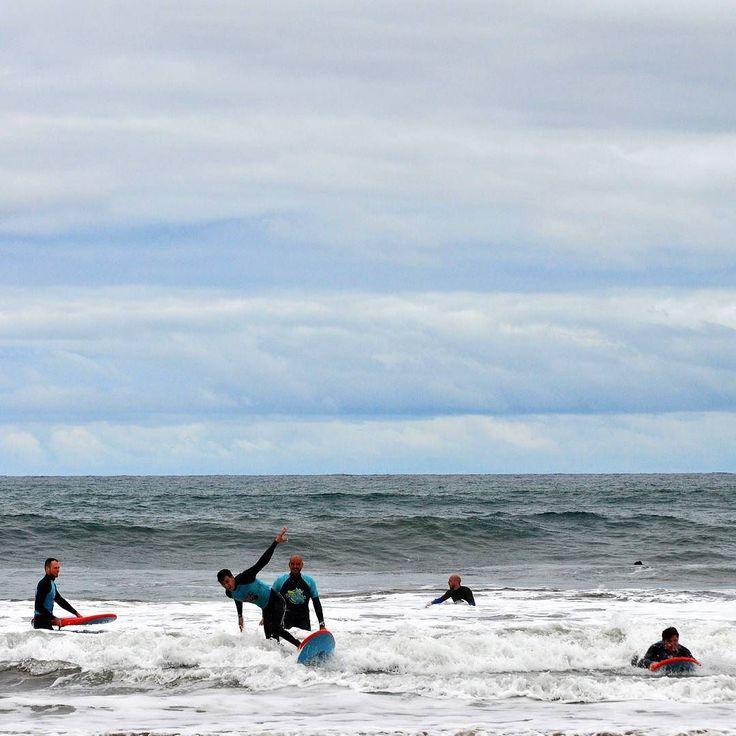 Gotowi na naukę surfu?  U nas kolejne turnusy się rozpoczynają. Niektórzy nawet przekładają lity żeby jeszcze więcej popływać! - #surf #polskisurfer #surfwyjazdy #laspalmas #grancanaria #podróże #surfkanary #hitidetravel #hitide #podróże #wycieczki #polskisurfhouse #naukasurfu #surfszkola #wakacje #obozysurfingowe