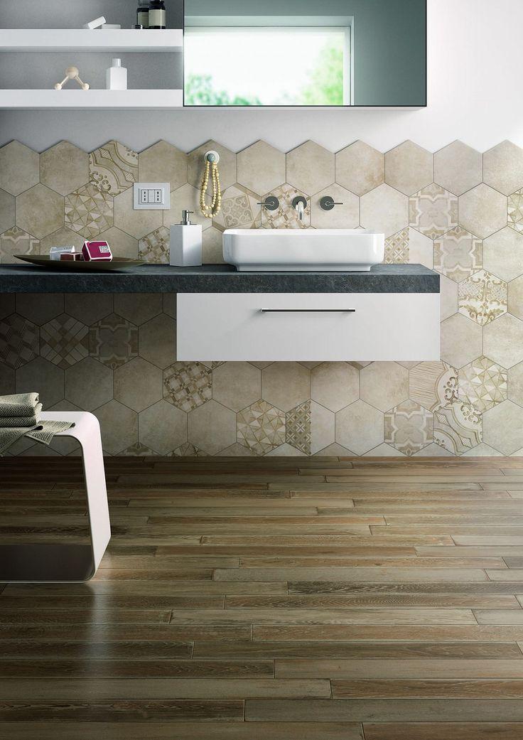 Zeshoekige badkamer tegels. Leuke hexagon tegels achter de wastafel.