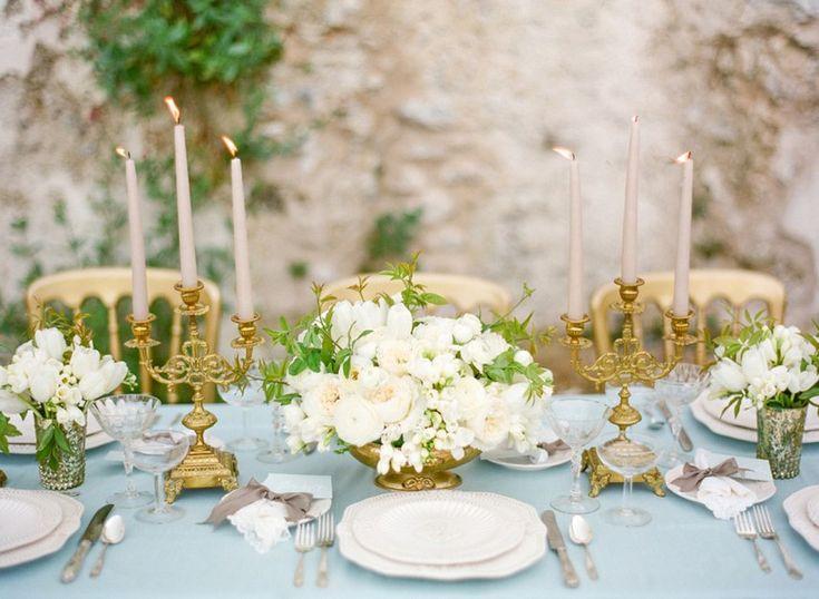Χρυσό συνδυασμένα υπέροχα με λευκά και κρεμ άνθη για την συγκεκριμένη γαμήλια δεξίωση
