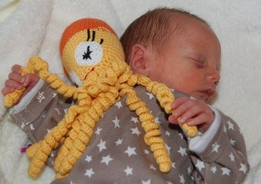 Premature babies who  are hugging their hooked squid while in the incubator calm down. This remarkable effect of the experiment at the Medical Center in Zaandam is not explained, but it seems to work! http://stitchnbitch.nl/lnk2/?p=7799  Pattern here: http://aankleedpopje.blogspot.nl/p/inktvisjes-haken.html