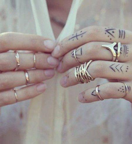 Des lignes et des points sur le dessus des doigts