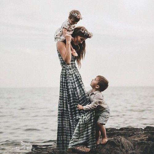 """""""Cuidado para não derrubar a mamãe, sweetie"""" -- Cici, Aubrey e Bennett na praia por Elwood"""