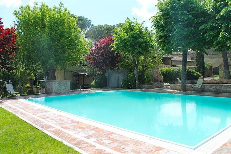 Description: Middeleeuws dorpje verbouwd tot een prachtige agriturismo  Het dorp Borgo Santinovo bestaat uit een aantal gebouwen. Eigenlijk is het een middeleeuws dorpje de verschillende gebouwen zijn verbouwd tot fraaie appartementen. Je proeft de sfeer van het Toscaanse platteland zodra je via de lange oprijlaan met cypressen binnen komt rijden of wanneer je op je gemak tussen de pijnbomen naar het zwembad slentert. Om je heen zie je de wijngaarden en olijfbomen in het glooiende…