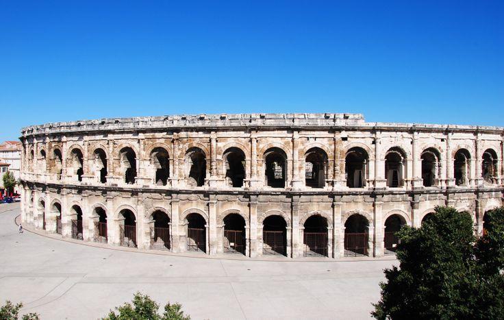 L'amphithéâtre (ou arènes) de Nîmes construit à la fin du 1er siècle après JC compte parmi les plus grands de la Gaulle Romaine.