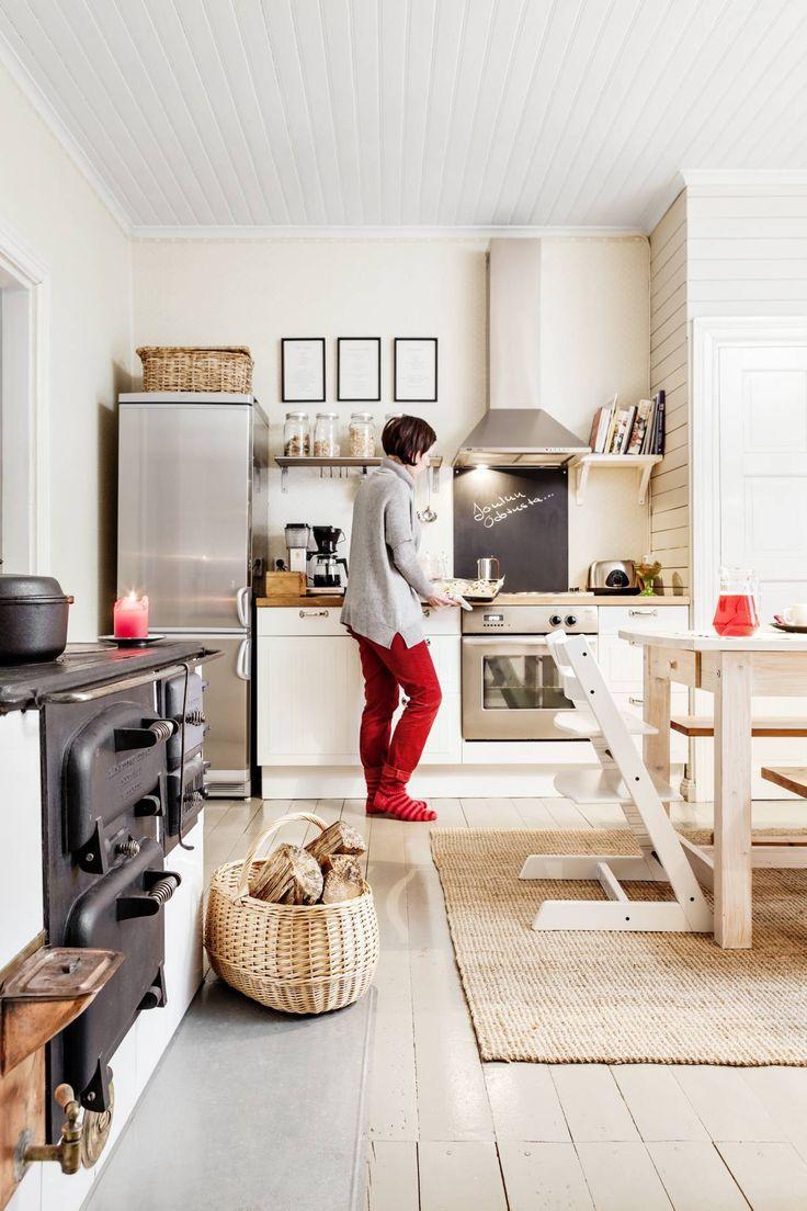 Ikean mäntypöytä käsiteltiin ekologisella Osmo Colorin puuvahalla. Pöydän päässä on Ainon Tripp Trapp -lastentuoli. Talokaupan mukana tulleet penkit olivat alun perin vaaleanpunaiset, mutta Eeva on poistanut maalin.