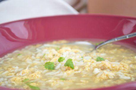 Bei akuten Magen- Darmkrankheiten wirkt die Reissuppe mit diesem Rezept wahre Wunder.