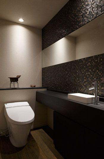 シックにまとめたトイレのリフォーム実例                                                       …